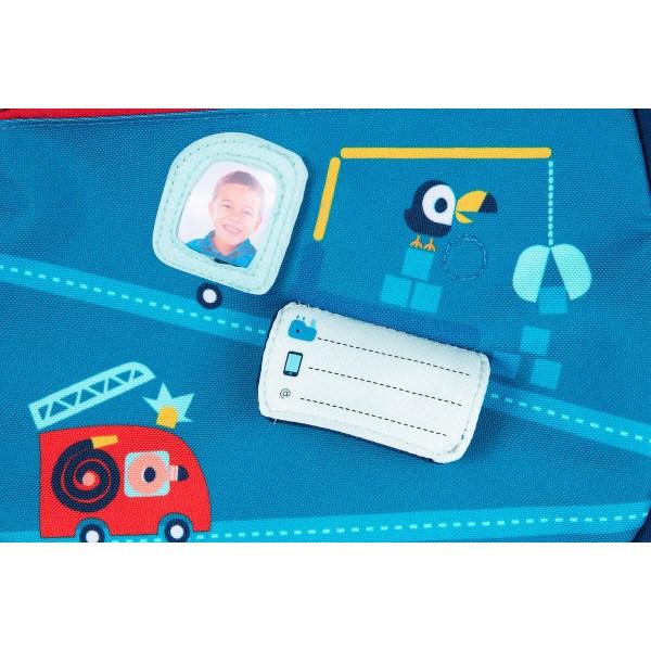 Impossible de perdre son sac à dos En route car une pochette en plastique permet d'y glisser sa photo et une étiquette est prévue pour y inscrire son nom et même l'email et le numéro de portable de papa ou de maman !