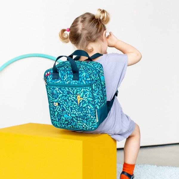 Les enfants dès 2 ans seront séduits par ses belles couleurs vert émeraude et le décor jungle dans lequel se cachent des animaux de la jungle. Les bretelles du sac à dos sont réglables ce qui lui permet de s'ajuster à la taille de votre enfant qui grandit. Le sac est aussi équipé d'une poignée pour le suspendre facilement.