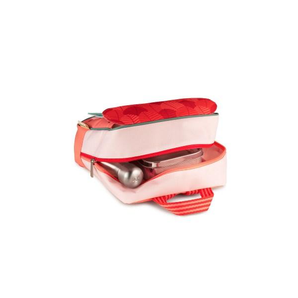 Muni de bandes réfléchissantes, le sac à dos permet d'être vu facilement sur la route. Le sac est imperméable et peut ainsi affronter les intempéries mais aussi se laver très facilement.