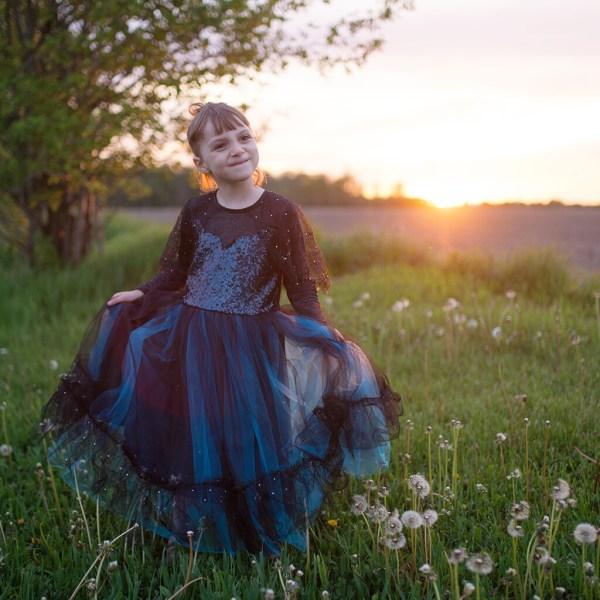 Robe de Sorcière Luna bleu nuit portée par une enfant