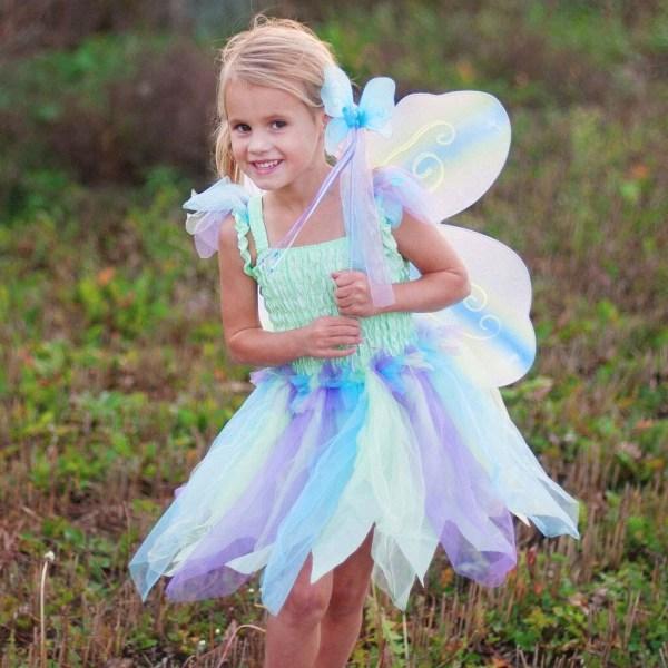 Robe papillon vert portée par une enfant