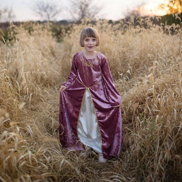 Robe de Dame Guenièvre rose portée par une petite fille