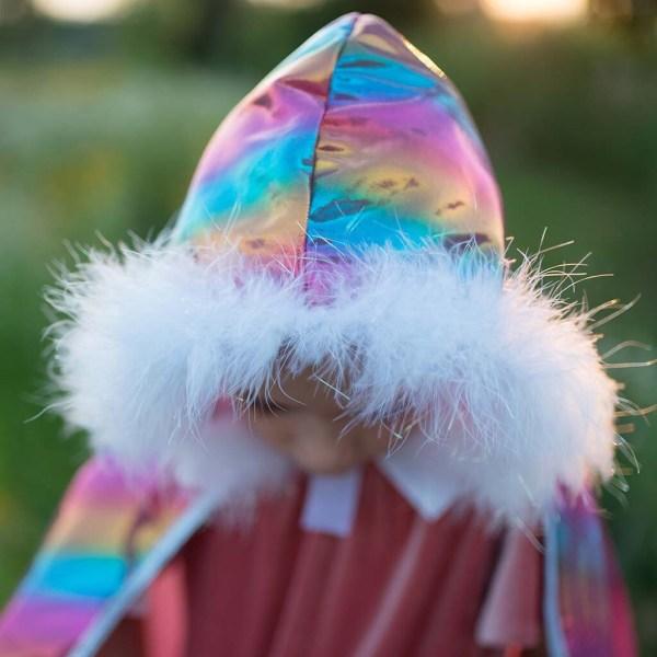 Cape arc en ciel portée par une enfant en gros plan