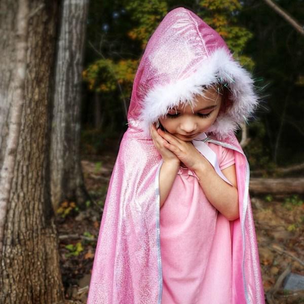 Cape rose portée portée par une enfant