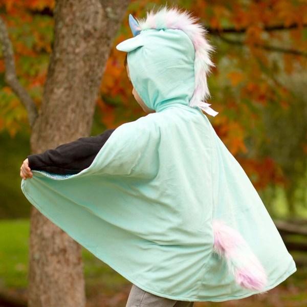 Cape réversible Licorne et Dragon portée par un enfant de dos côté licorne