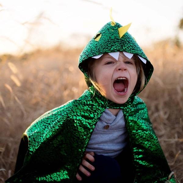 Cape réversible dragon et chevalier portée par un enfant