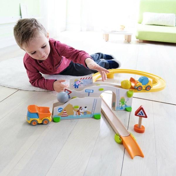 Toboggan circuit Kullerbü Chantier avec un enfant qui joue