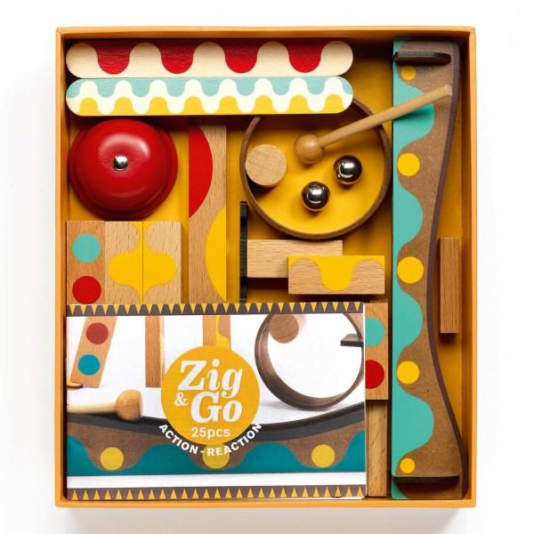intérieur de la boite du jeu Zig & Go Dring avec les billes les dominos en bois les rampes le livret