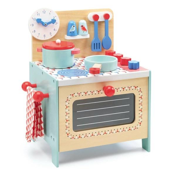 Cuisinière bleue avec un torchon une poêle une cocotte le sel le poivre une cuillère une spatule et une horloge