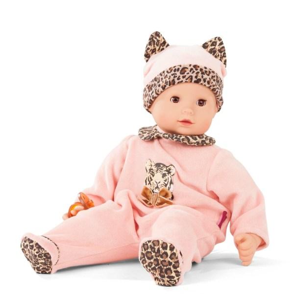 Poupée Maxi Muffin Bébé avec un pyjama rose imprimé léopard sur le col et sous les pieds et un bonnet rose avec des oreilles imprimé léopard