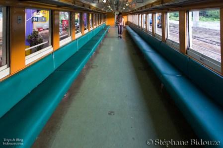 Le dernier wagon du train ne se compose que de banquettes latérales