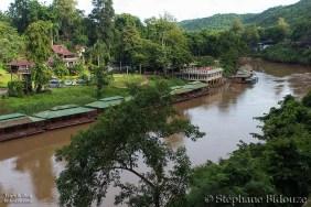 La rivière Kwai et des bungalows flottants