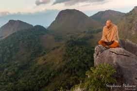 moine-bouddhiste-montagne-meditation