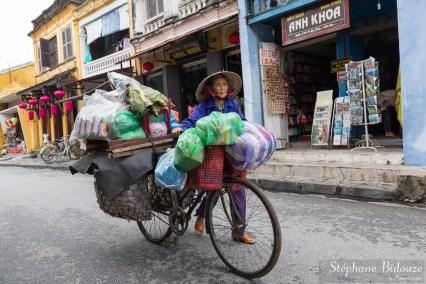 Vietnam-velo-vendeuse-vieille-femme