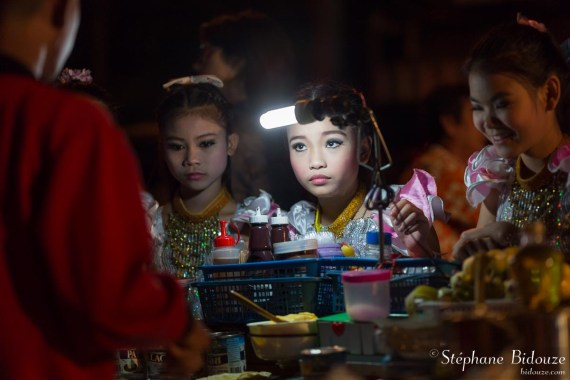 pancake-banana-ordering-little-girl-thailande