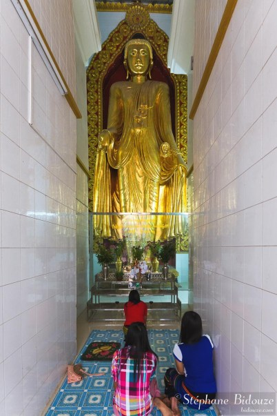 bouddha-couloir-étroit-meditation-mandalay