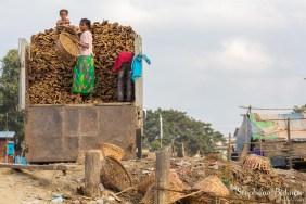 famille-pauvreté-mandalay-bois-planches-camion