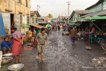 L'entrée d'un modeste marché aux poissons à Mandalay