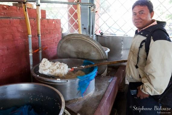 Fatty ma propose une louchée de riz