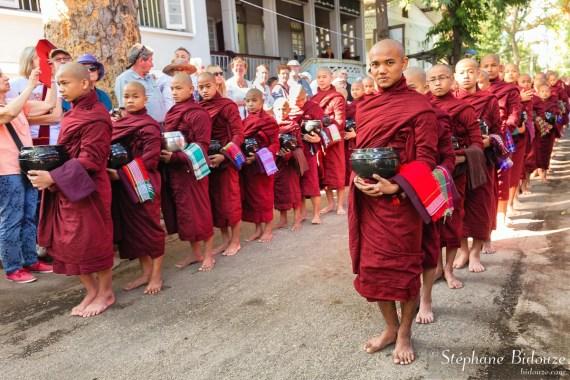 Mahagandayon-moines-repas-file-queue-birmanie