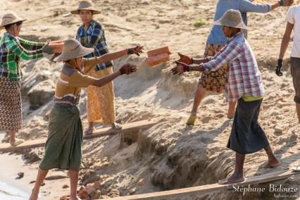 briques-bateau-déchargement-myanmar