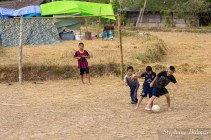 champs-riz-enfant-football-thailande