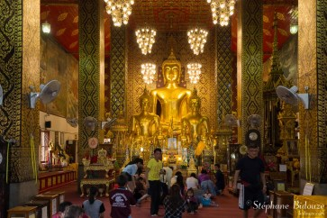 Wat-Phra-That-Renchainai-prière-thai-gens