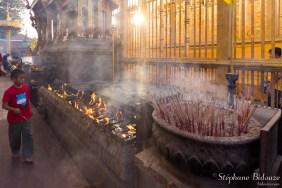 thai-garçon-prière-temple-encens
