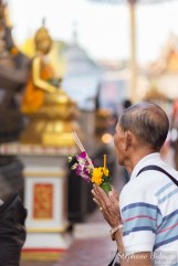 thai-man-praying-temple