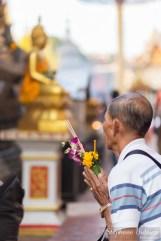 thai-man-praying-temple