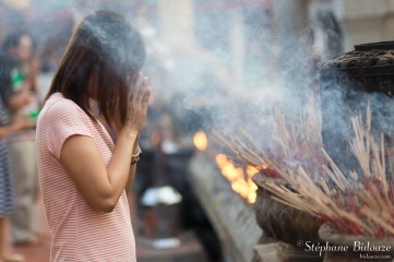 thai-woman-praying-temple