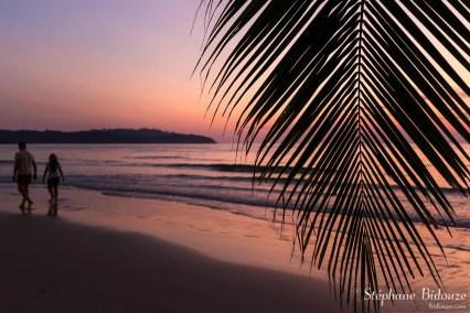 couple-plage-thailande-coucher-soleil-palmier