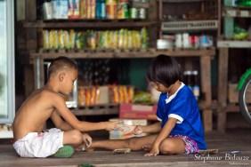 enfant-thailande-pierre-feuille-ciseaux-jeu
