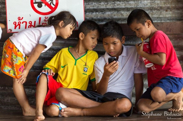 enfants-thailande-smartphone