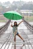 femme-danse-pont-pluie-thailande
