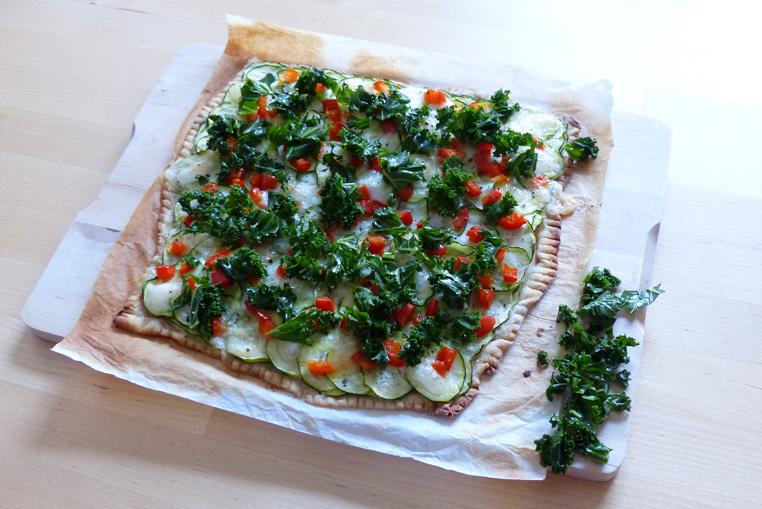 Pizza-maison-au-chou-kale-(courgettes,-poivrons-rouge-et-mozza)