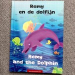 Remy leest: Remy en de dolfijn / Remy and the Dolphin – TimTimTom