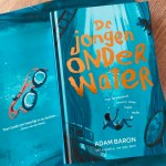 De jongen onder water – Adam Baron