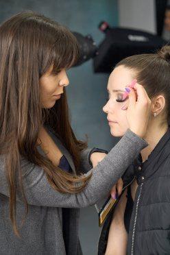 Iza przygotowuje makijaż Aliny