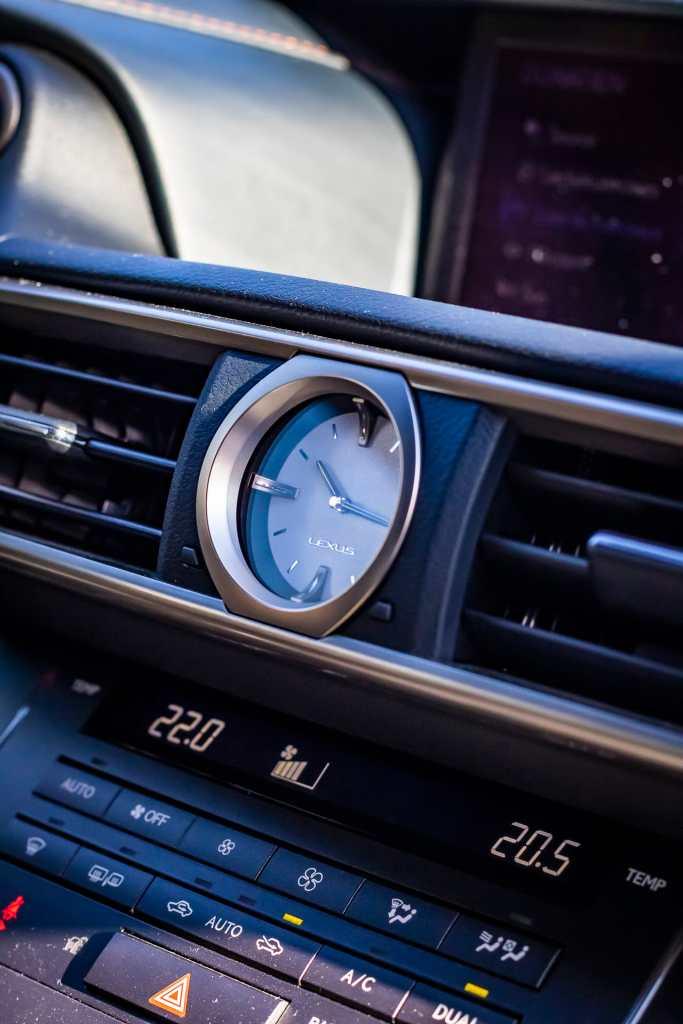 Lexus RC300h Black Edition horloge