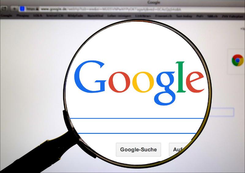 attachée au résultat classement Google
