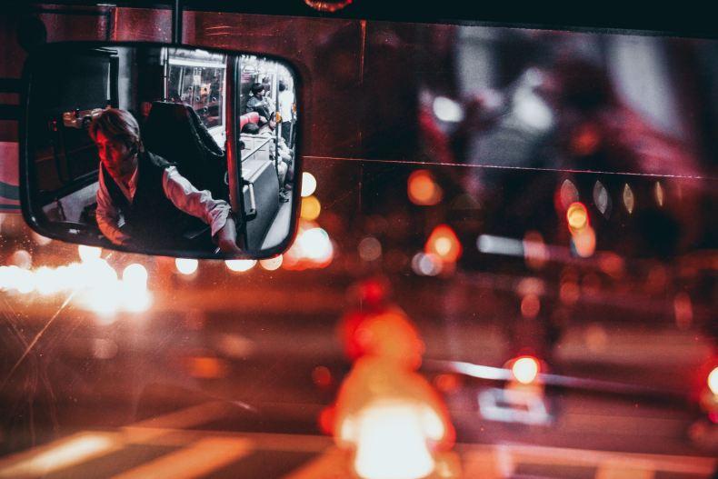 conducteur de bus dans le rétroviseur métaphore du bus