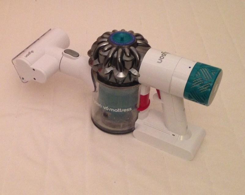 J'ai testé l'aspirateur de matelas Dyson V6 – Sus aux acariens !