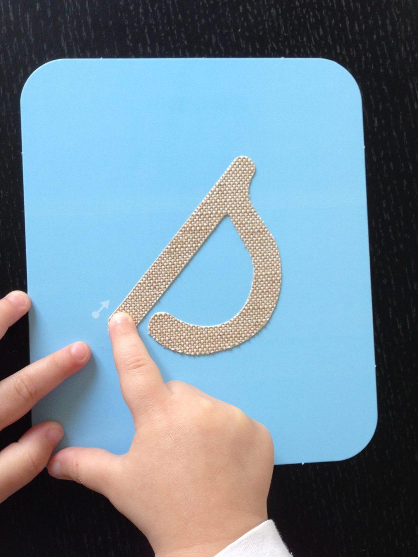 Suivre la lettre rugueuse du bout du doigt