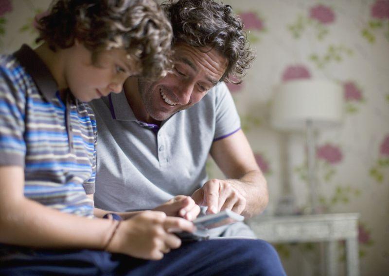 Compartir tiempo con el móvil puede ser una buena manera de saber cómo y para qué lo usa.