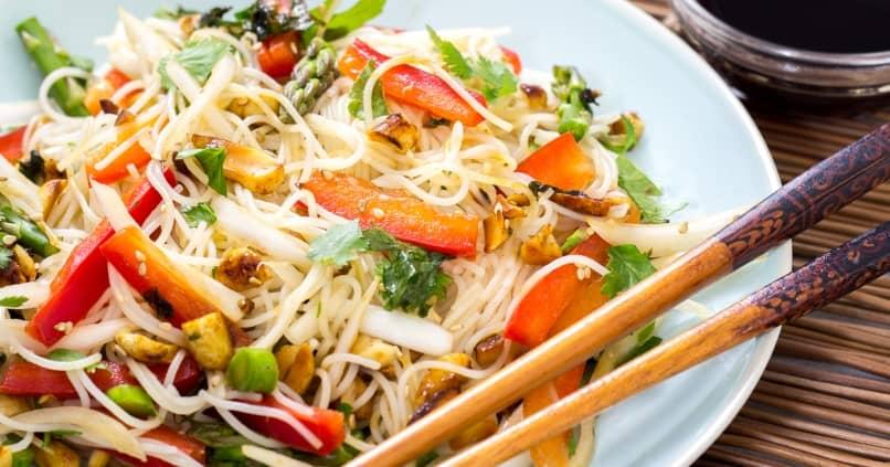 saludables fideos de arroz con pollo y verduras