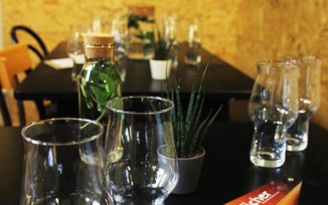 Bierbude Duisburg Tastingraum mit Gläsern auf schwarzen Tischen