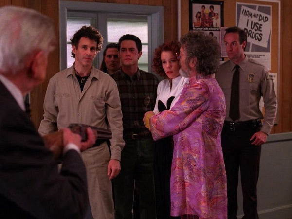 Twin-Peaks-Season-2-Episode-14-37-127c