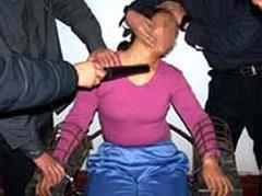 酷刑演示:綁在鐵椅子上電擊