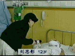 被那幾個成人裹脅的可憐的12歲的劉思影做了氣管切開手術,根本無法正常說話。探視者需穿戴隔離衣帽、手套、鞋套。劉思影術後4天不但接受「焦點訪談」記者李玉強直接穿便服近距離採訪,並且說話底氣十足,還對著麥克風唱歌!被海外醫學界人士戲稱中央電視台「創造了醫學奇蹟」。